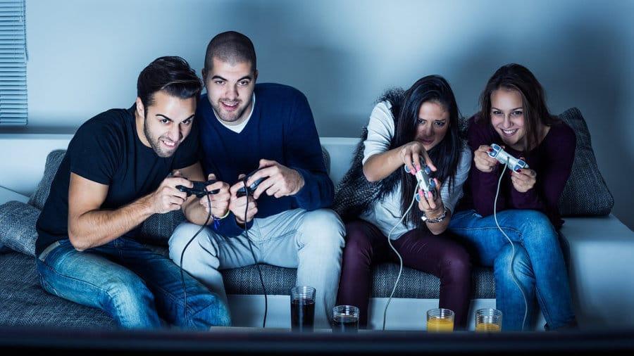 Люди играют в видеоигры